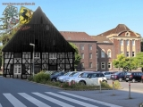 Der Hof Bergelmann war einer der ältesten Höfe in Herne. In unmittelbarer Nähe wurde am 6. Dezember 1912 das Rathaus Herne als neuer stätebaulicher Mittelpunkt eingeweiht. Der Hof wurde 1959 wegen Baufälligkeit abgerissen.  Projektführung, Foto & Grafik: Marcus Schubert und Gerd Biedermann, in Kooperation mit dem Stadtarchiv Herne (Oktober 2016)
